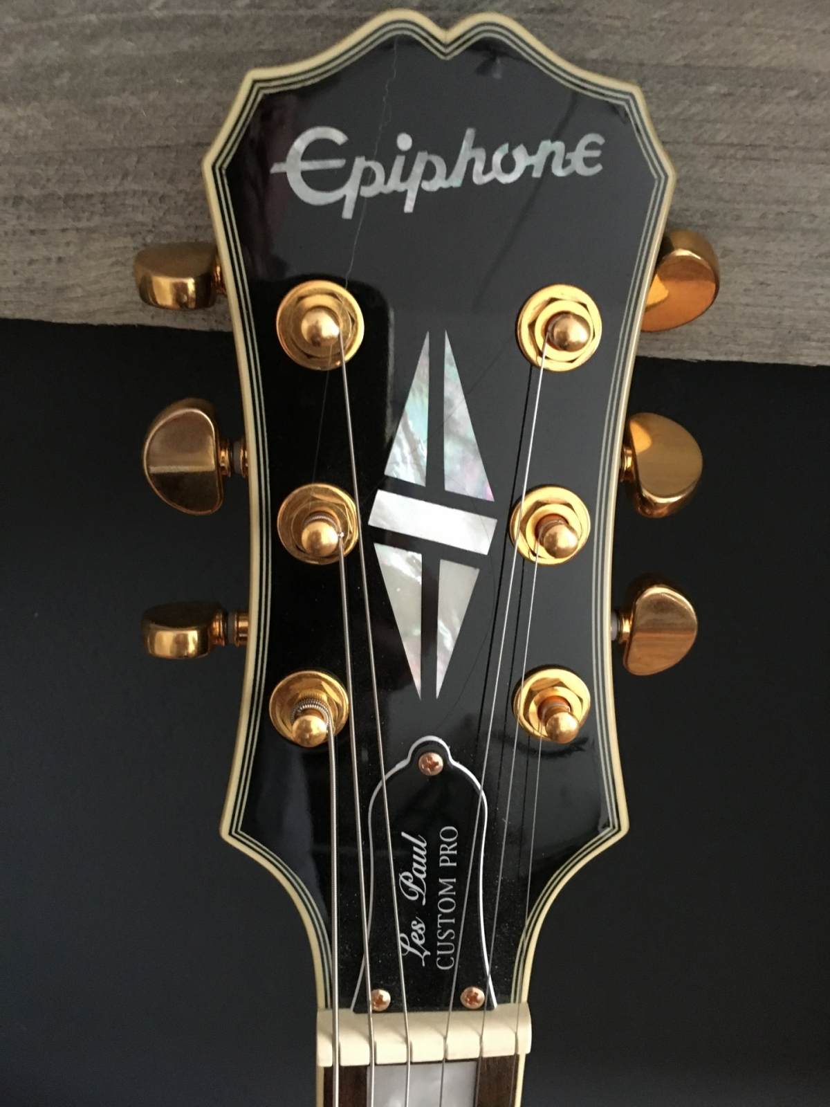 Epiphone LP Custom Pro Headstock